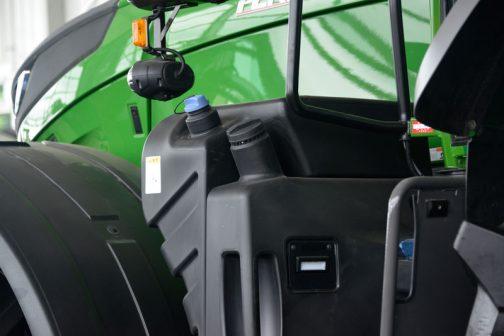 フェントFENDT 1050 Vario S4LR 尿素タンクと燃料タンクのキャップはどちらも左側。