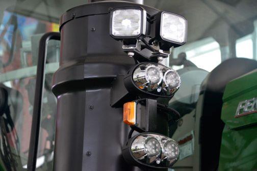 フェントFENDT 1050 Vario S4LR マフラーの付け根、太い部分についた作業灯たくさん。『要塞』という感じですね。