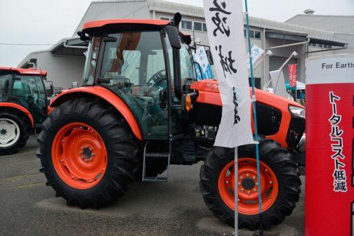 クボタ WORLD Special Edition M860WSEDTQDSK-JP 小売価格(税込)¥8,046,000 86馬力 3,769cc ワールド特別仕様 ワールドシリーズトラクタはM860W-SE(86馬力)、M1010W-SE(101馬力)の2型式と、M720W(72馬力)の1型式を順に発売。水田作業で求められる倍速ターンやモンロー(水平制御)等の機能を装備した、大規模稲作農家向けワールドシリーズトラクタを特別仕様として発売。