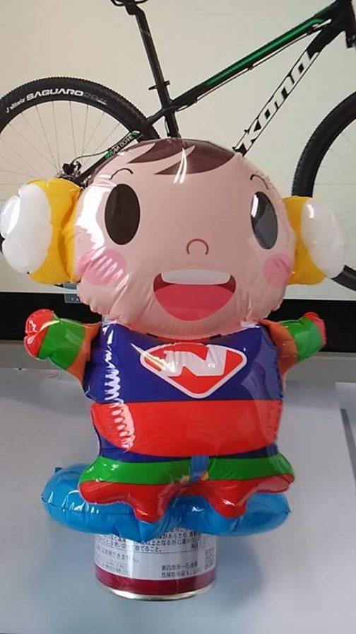 まずおじさんの腕の下のほうにいるのがニプロの「N」が胸にあしらわれている「ニプロくん」 会場でこの人形を配っていたんですね・・・欲しかったな。