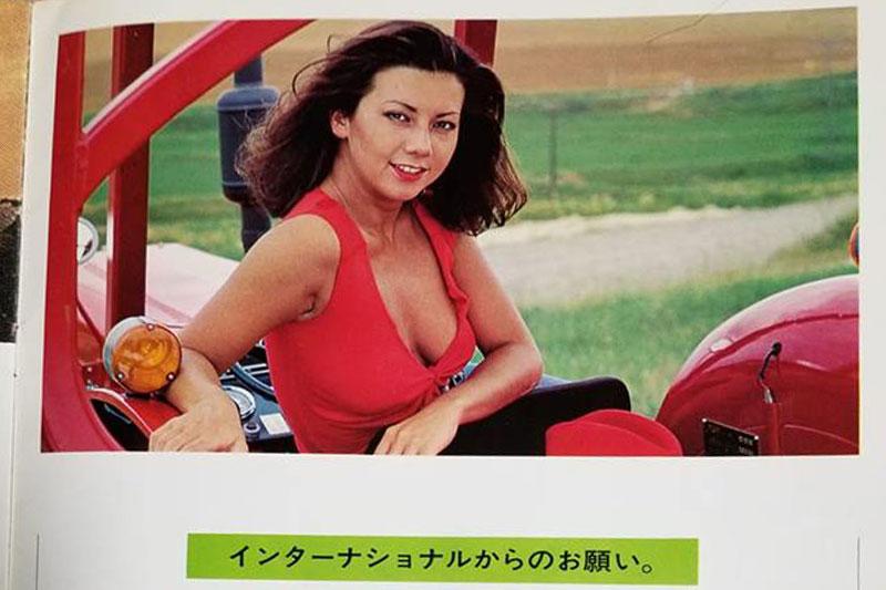 農業機械のカタログに女性が登場したのが、『農業機械、カタログおねえさんの誕生と変遷「昔のカタログシリーズ」』等のぼんやりとした僕の研究によれば70年代からではないかと考えています。それから80年代にかけての10年は、当初なぜか外国、もしくは日本と他の国2カ国にルーツを持つハーフの女性、しかし特に有名人ではない匿名のおねえさんを起用した前半と、後半の日本の有名人を起用する流れの後半に別れているように思います。 当然エキゾチック・ダイナマイトな彼女は前半の流れ。高値のトラクターはやはり近寄りがたい美女が受け持つ・・・というのが当然の流れだったのかもしれません。