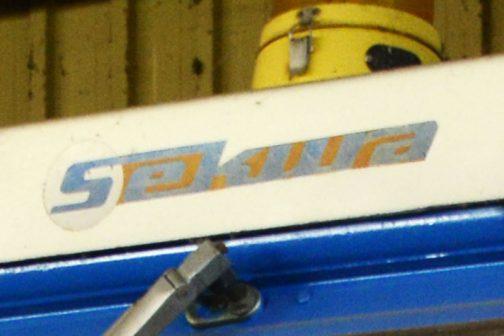 FORD50004WD キャブのてっぺんのほう、文字か書いてあります。 Sekura キャブメーカーかなにかの名前でキャブは後付けなのでしょうか?