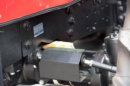 ヤンマーのロボットトラクター、YT5113A,YUQW5-R フロントのホーシングと フレームの間には材木が挟まっています。何だか古いとラウターの展示を見ているよう・・・他のトラクターはこのような展示の仕方はしていないので、ロボットトラクター独自の理由なのだと思います。
