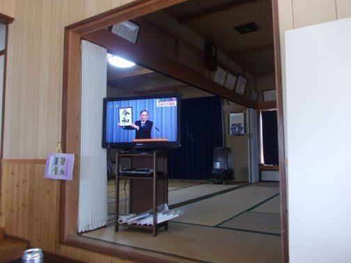 特に「おお!」と思ったのがこの写真。菅さんが『令和』の文字を掲げています。 僕は仕事ですっかりこのことを忘れていて、家に帰ってから「れいわだって」と聞き「???何のこと?」と言ってしまいました。昨日落ち着いて生活していた人は、興味がここに集中していたことを良く表した写真だと思います。