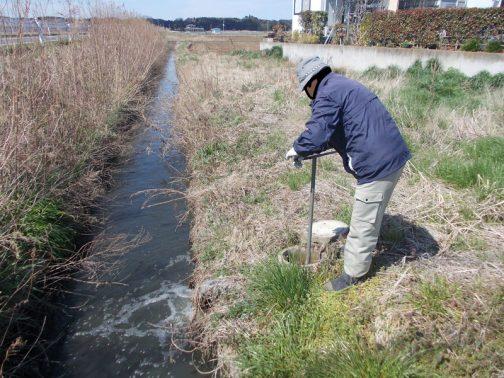 ポンプが動くと、パイプラインのドレンというのでしょうか・・・そのバルブを開けて半年間パイプラインの中で淀んでいた水を押し出します。皆さんが「泥吐き(泥掃き?)」と呼んでいる作業です。パイプライン内の清掃ですね。