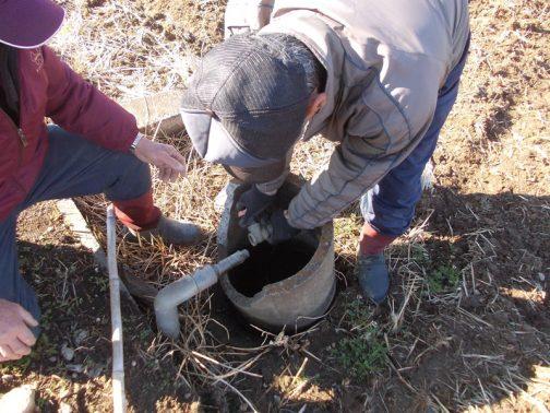 盗難防止と冬季凍結防止のために取り外していた、パイプラインの蛇口の取付けです。