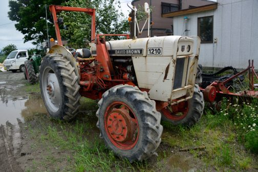David Brown 1210です。 tractordata.comによれば、DB1210は1971年〜1976年。デヴィッドブラウン3.6L4気筒ディーゼル67馬力となっています。ご覧の通り四駆となっています。