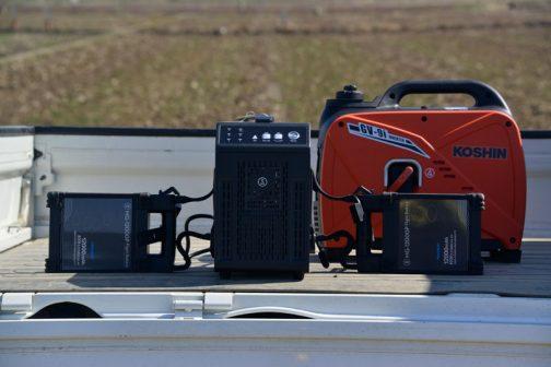ヤンマーのドローン、MG-1,SA 今回一つ気がついたことは、飛行時間は15分ほどということなので、スペアのバッテリーと屋外での充電設備な必要なことです。というわけで、インバーターの発電機をそろえる必要があります。動画を見てもらえればわかりますが、この発電機では力が足りなかったみたいで苦しそう・・・バッテリーは2個同時に充電しなければならず、一つずつ充電するということはできないそうです。