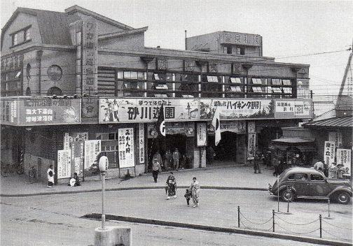 同じくWikipediaに載っていた写真です。キャプションによれば 1938年10月頃の天王寺駅。左横書きが多いが一部に1行1文字の縦書きも残っている。 とあります。確かに看板は大衆食堂などみな左横書きです。阪和食堂だけ右横書きですね。つまりバラバラ。