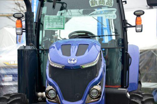 イセキTJV885GLWX10R 新商品というタグが付いています。POPには・・・ イセキ TJV885GLWX10R 本体価格(税込) ¥10,630,440 主要諸元 重量:3,715kg 前輪タイヤ:11,2/R24 エンジン出力:88PS 後輪タイヤ:13.6-R38 排気量:3,620cc アドブルー:タンク容量10L 燃料タンク容量:120L 変速段数:前進32・後進32(前進側自動変速) アグリサポート:標準対応 とあります。