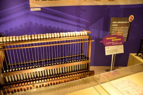 これは昭和初期のもののようです。ガラ紡と呼ばれるもの。 ガラ紡 臥雲辰致が発明した木綿糸を自動で紡ぐ紡績機械。稼働中の音からガラ紡と呼ばれる。構造が簡単で、できた糸の風合いが好まれ、現代でも国内外で使用されている。 とあります。臥雲辰致はWikipediaによれば・・・ 臥雲 辰致(がうん たつむね(たっち、ときむね)、天保13年8月15日(1842年9月19日) - 明治33年(1900年)6月29日)は、明治初期に臥雲式紡績機を発明した発明家。 幼名は栄弥。 元の姓は横山で、「臥雲」姓は住持であった寺の山号に由来。 とあります。明治ってすごいなぁ・・・