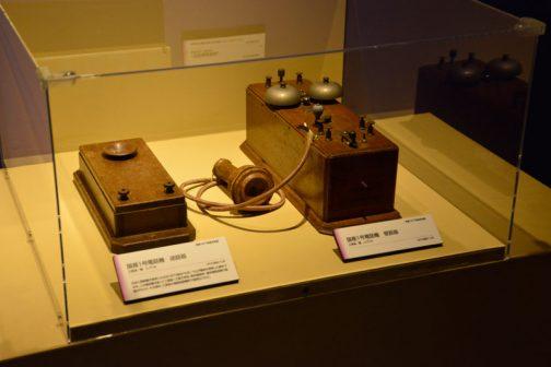 左:国産一号電話機 送話器 工部省製 レプリカ 日本に電話機が渡来したのは1877(明治10)年、ベルが電話を発明した翌年である。この電話機を使って工部省-工部大学校、東京電信局-横浜電信局で行くなわれ、その翌年、工部省の電信局製機所で国産化された。 右:国産第一号電話機 受話器 工部省製 レプリカ とあります。電話が発明された翌年日本に入ってくるとは・・・インターネットもない時代、色々なものがどんどん生まれるアメリカに、誰か貼付いて情報を取っていて、画期的なものがあればどんどん日本に持ってくるというシステムがあったに違いありません。