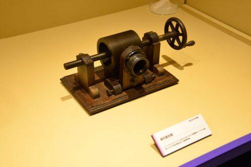 これも錫箔蓄音機です。 言葉として蘇言機もおもしろいですが、蓄音機というのもおもしろいですよね。畜には貯めるとか養うという意味があるそうです。