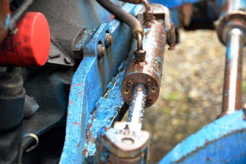 パワーステアリングの油圧シリンダーが押し引きします。