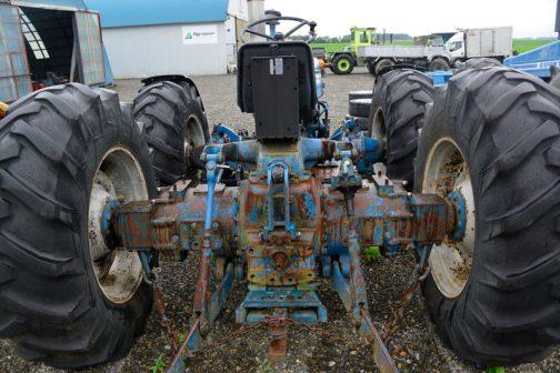 今日はユニークな駆動系を中心にお送りします。前部にあるエンジンから後輪を駆動し、リヤタイヤの直前から再び動力を取り出して前輪を駆動するというUターン駆動。