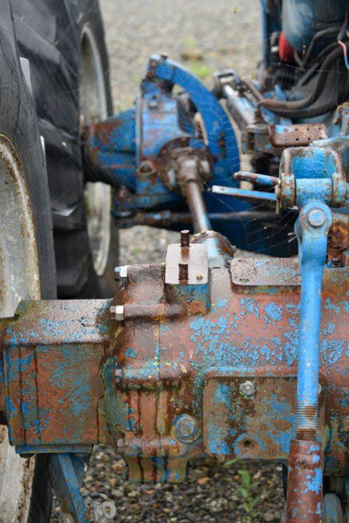 左後輪から取り出された動力はプロペラシャフトを介して左前輪のデフへ。