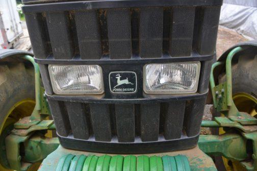 ああ、でもJD6100は顔も黒いし、やっぱり大きいというか車高が高いんですね。目の位置が違います。