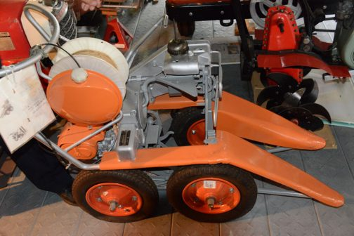 ヰセキ動力稲刈結束機RH10 良く見ると一輪車のタイヤじゃないですか!これでは自走できません。手押し式になってしまいます。動力稲刈とはバリカンは動力だけど機械自体は人力で押す・・・ということなのでしょうか???