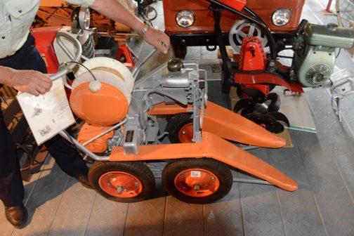 これがその動力稲刈結束機ヰセキRH10型です。この機械は刈取りと結束行なわれるのではなく、結束したくなったらこのようにレバーを引き、ガッチャンと結束するのだ・・・と、オーナー自ら使い方を説明しています。