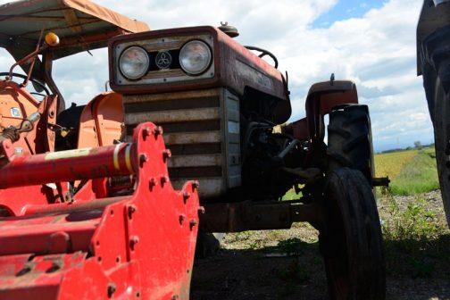 tractordata.comによると1970年〜1975年の間発売されていた三菱トラクターR2000。エンジンは三菱SDT100型1.0L 2気筒ディーゼル20馬力。 しかし、カタログなどで調べると、三菱2DQディーゼル992cc20馬力/2700rpmでした。