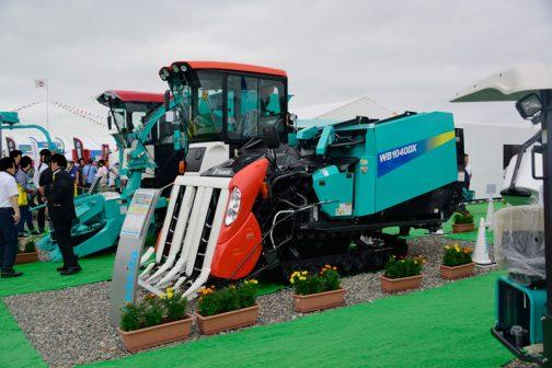 こちらは細断型ホールクロップ収穫機 Whole Crop Harvester WB1040DX ハイグレードWCSづくり ■仕様■ 品名 細断型ホールクロップ収穫機 型式 WB1040DX 機体寸法(mm)全長 5410 全長(と書いてありますが多分全幅) 2150 全高 2720 機体質量(kg)4560 エンジン出力(kw[PS])55.2[75] ベール寸法(cm) φ100×85 刈り幅(cm) 172〜177(5条)