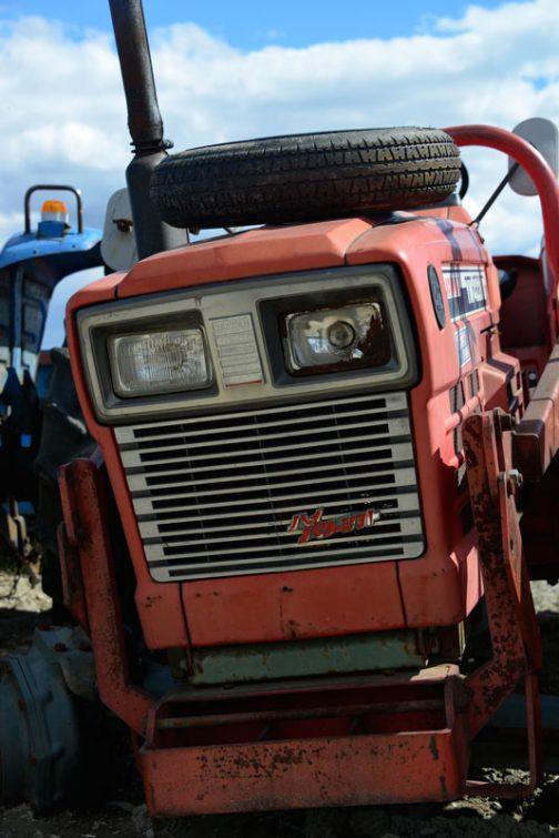 ヤンマーYM4320Dです。ライトが割れ、半分ヤサグレた感じ。なぜがヒゲの残った新品のファルケンタイヤがエンジンフードに載っていますね。 YM4320Dはtractordata.comによると、1982年〜1983年と短命。ヤンマー3T84T、3気筒1.4ℓディーゼル、42馬力となっています。