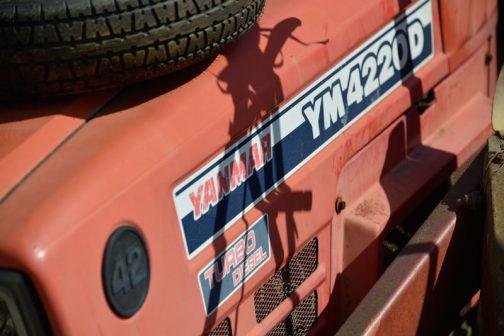 ヤンマーYM4220D 42馬力ターボディーゼルだということがわかります。42とバッジが付いているのはわかりやすくていいですね!