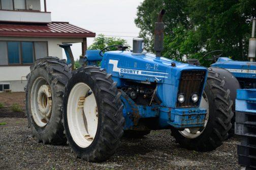 County 1164 エンジンフードに気になるものが載っています。