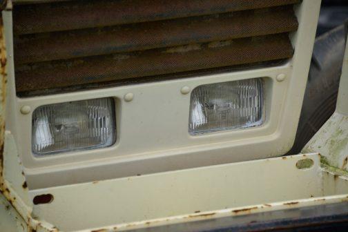 ヘッドランプは小糸製でした。ランプに塗料が掛かっているところを見ると、再塗装されています。