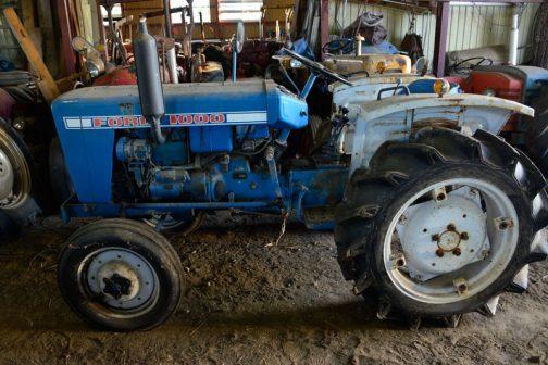 FORD1000です。小型特殊自動車型式認定番号で行くと、農721号。シバウラS1500の農720号1番違いです。年式は正確にはわかりませんが、農745号のクボタL1500が1971年、農726号の三菱R2500Gが1970年〜ということを考えると、F1000は1970年生まれと考えるのが妥当のように思います。70年代初頭のトラクターとは思えない、大変程度の良い機体です。