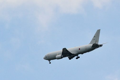 百里基地で完熟飛行中なのでしょうか、グルグルグルグル何回も回っていました。旅客機のような形ですが、自衛隊機です。調べてみると航空自衛隊のKC-767J空中給油機です。