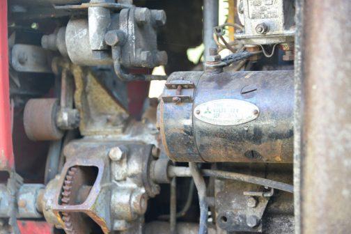 TB-15の同じような角度からのショットはないのですが、エンジンレイアウトはほぼ同じです。セルモーターも同じく三菱製でした。