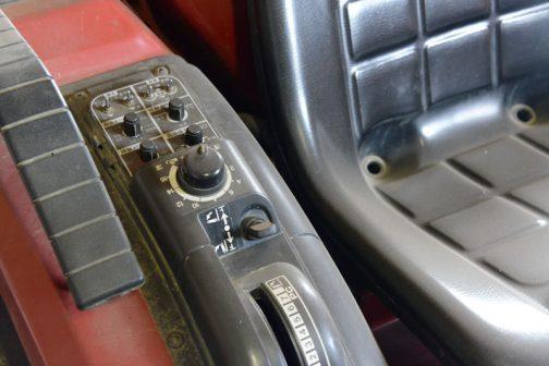 ハンドル回りはシンプルなのに、手元操作はスイッチ類がたくさん並んでいて忙しそうです。