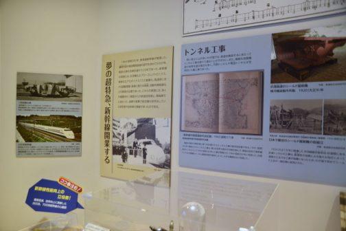 輸送や人の移動に係わるビークルといえば鉃道。新幹線関連の展示もありました。 夢の超特急、新幹線開業する 1964(昭和39)年、東海道新幹線が開通した。藤岡市助が高速電気鉄道の認可を求めてから57年、戦前の弾丸列車計画から25年であった。新幹線の実現には、交流電化とパワーエレクトロニクス、車体のエアロダイナミクスと軽量化、高速時における振動理論、高速に耐える架線、自動列車制御などの開発が必要であった。これらの実現には多くの経験を持つ戦前からの鉃道技術者と、戦後新たに加わった、海軍や陸軍で航空機の研究をしていた研究者や技術者の貢献があったのである。 とあります。たしかにこうやって言われるまで「ただ速くした電車」という意識しかありませんでした。考えてみれば色々な壁をクリアしなくては、旅客を乗せて速く走る電車を作ることはできないですよね。