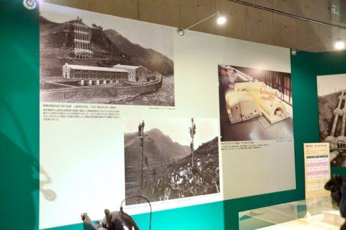 電気をつくり出すほう・・・つまり発電所は、大きすぎて展示ができないので、写真が展示されています。 左上は水力発電所です。 駒橋発電所竣工時の全景 山梨県大月市/1907(明治40)年一部竣工 東京電灯が山梨県北都留郡の駒橋に建設した駒橋発電所は、出力15,000kwを発電する当時日本最大の水力発電所であった。1907(明治40)年に東京までの76kmを55kVの電圧で送電を開始し、高電圧長距離走電磁代の幕開けであった。 斜め右下の写真 駒橋発電所の木柱電線の建設風景 山梨県大月市 1907(明治40)年一部竣工 明治40年、東京の電気の生産を山梨が受け持っていたんです。