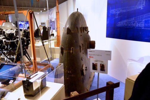 何コレ?飛行機とどんな関係があるの?・・・と思える物体。カウベルが巨大になったような形。これ、カメラだそうです。そうとわかっても航空機とどういう関係?というのが解決しません。