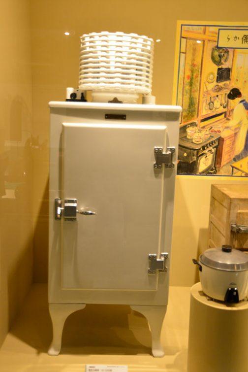 電気を使った生活、そのための電化製品も展示されていました。これは冷蔵庫です。