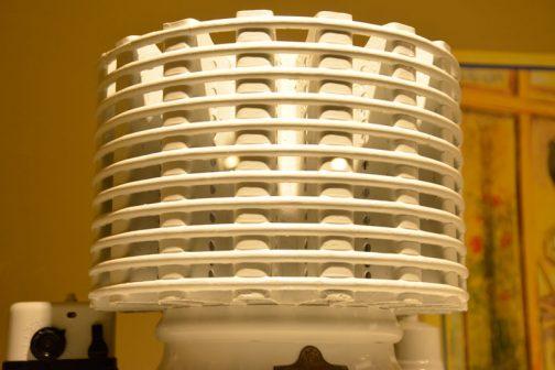 今と違って巨大な熱交換器の王冠が冷蔵庫の上に乗っています。