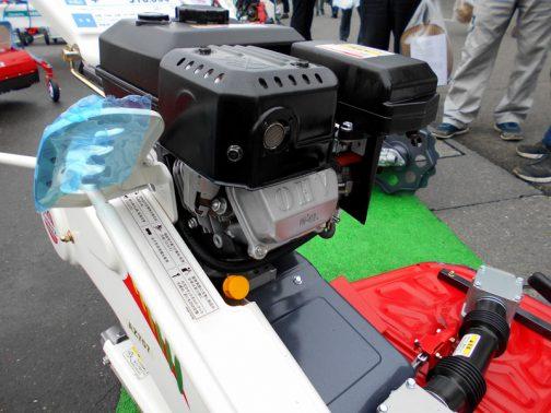 共立草刈機AZ757 エンジンを写してくれているのですが、メーカーはわからず。