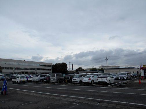天気はあまりよくないです。雲がどんより。でも、雨は降っていないようですね。会場の雰囲気を伝える写真が並びます。