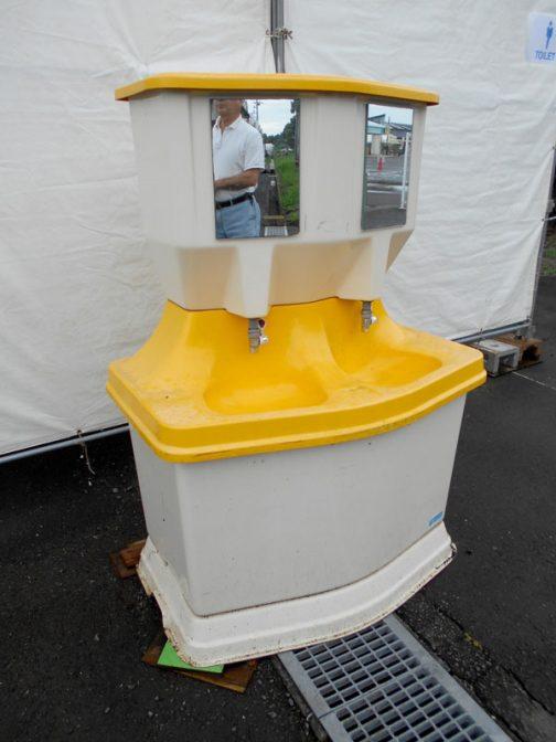 そして電気のいらない(多分)独立型洗面台。僕もダイナミックフェアでコイツの写真を撮ったことあります。ただ手が洗えるだけでなく、鏡も付いているのがミソ。