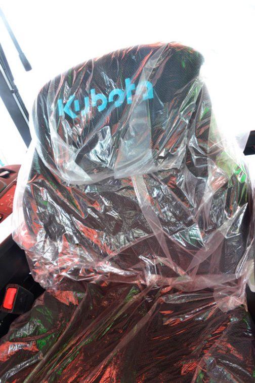 新型レクシア・クボタMR1000 ゴージャスになったシート。でもビニールがかかって光っているので、どんなものかよくわからないんですよね・・・