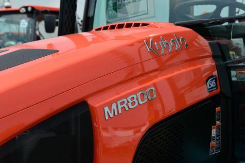 クボタ新型レクシアMR800です。 カタログによると、エンジンはV3800-TIEF4水冷4気筒立形ディーゼル3769cc、80馬力/2600rpmとなっています。