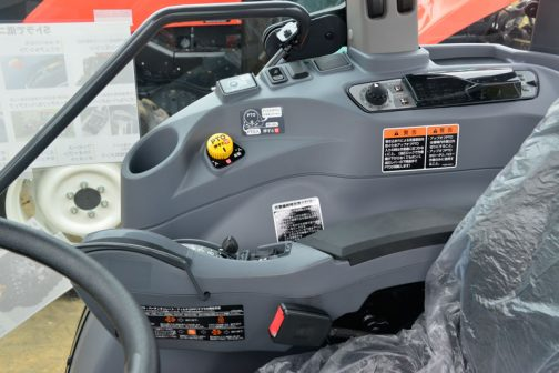 で、旧型SL45です。 黒に「いいな」と感じ、グレーにもし「イマイチ」と感じるのであれば、グレーを何となく使っていたからなのでしょうね。「わしゃこれだ!」とグレーを使うトラクターが出てくれば、風向きもまた変わると思います。