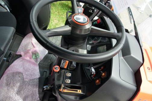 新型スラッガーSL450です。 インパネ回りも落ち着いた黒になっています。
