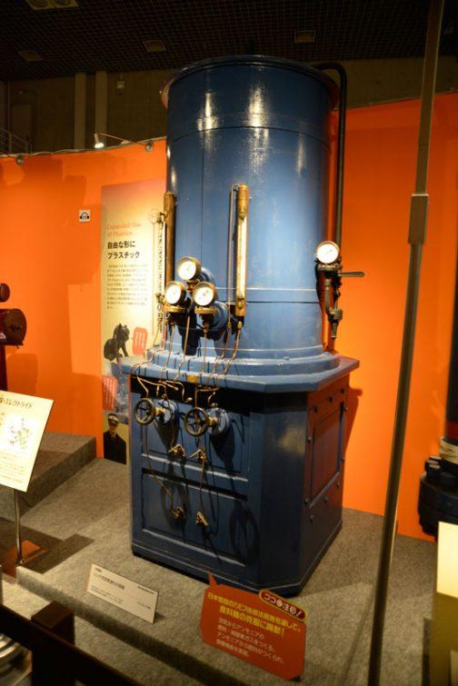 こちらは空気からアンモニアを作る機械。リンデ式空気液化分留器というものらしいです。