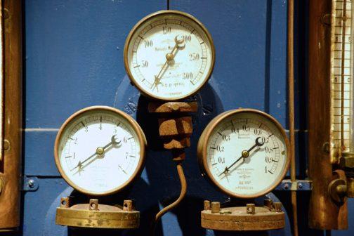 こういうのがあると思わず撮っちゃいます。拡大してよく見ると、メーカー銘がSchäffer&Budenbergとあります。調べてみると1850年にBernhardSchäfferとChristian Friedrich Budenberg似よって創立された圧力計や温度計を作る会社でした。今ではBudenberg Gauge Companyと、シンプルな名前になっています。