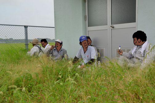 揚水機場で一休み。今回はちょっと草の背が高く、皆埋もれた感じですね・・・