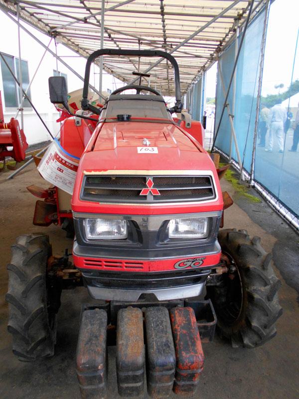 中古車の売り場で見た三菱MT226です。 農研機構の登録では1992年の登録。 MT225としてで、安全鑑定番号は17090 主な仕様として4輪駆動 機関22.5PS/2500rpm, 1462ccと書いてあります。