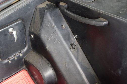 これも驚きました。フロントミッドシップだけに、運転席からオイルチェックできるんです。これはクルマにはなかった機能です。いつでも助手席のものがオイル量やその汚れをチェックできます。便利!